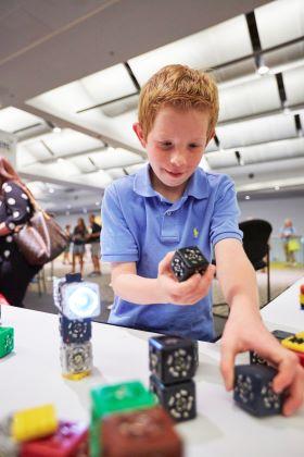 El Merge Cube es una de las herramientas de edtech más populares para las aulas.