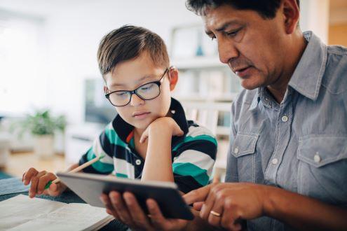 Un padre ayuda a un niño con la tarea