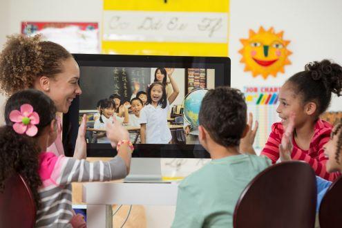 El maestro y los estudiantes se conectan con otro salón de clases a través de una videollamada