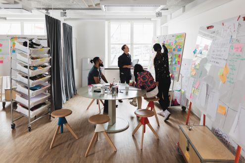 un grupo de educadores en una sesión de lluvia de ideas