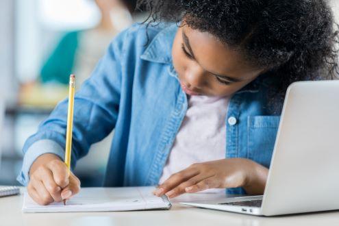 A girl studies online
