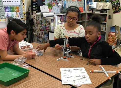Estudiantes trabajan en proyecto de robótica