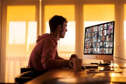 Un maestro de pre-servicio realiza una videollamada en línea con maestros de K-12