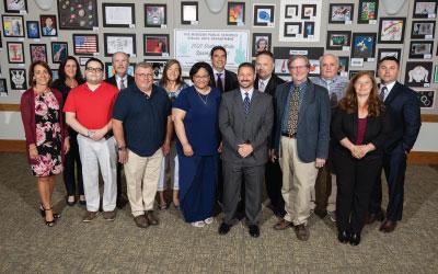 Foto de grupo del personal del Distrito Escolar Local de Lakota