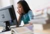 un niño busca en internet en una computadora de escritorio